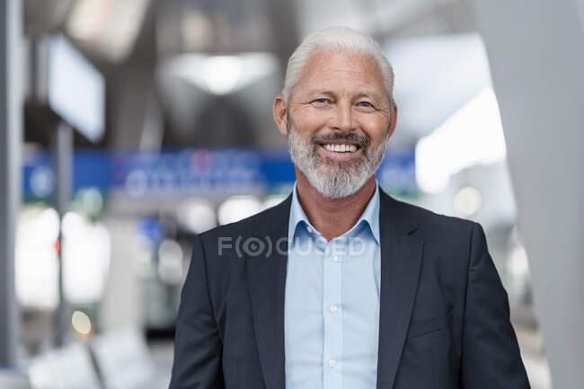 Retrato de un hombre de negocios maduro sonriente - foto de stock