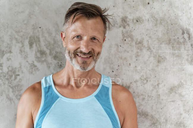 Портрет спортивного упевненого чоловіка — стокове фото