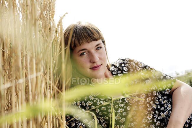 Ritratto di giovane donna con piercing al naso in natura — Foto stock
