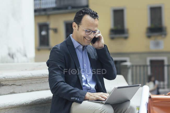 Випадковий чоловік працює на вулиці — стокове фото
