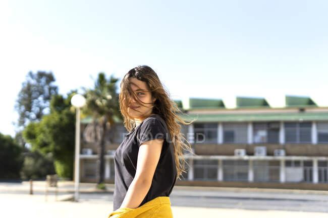 Портрет усміхненої дівчини - підлітка з вітряним волоссям. — стокове фото