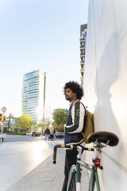 Казковий бізнесмен з велосипедом і мобільним телефоном у місті Барселона (Іспанія). — стокове фото