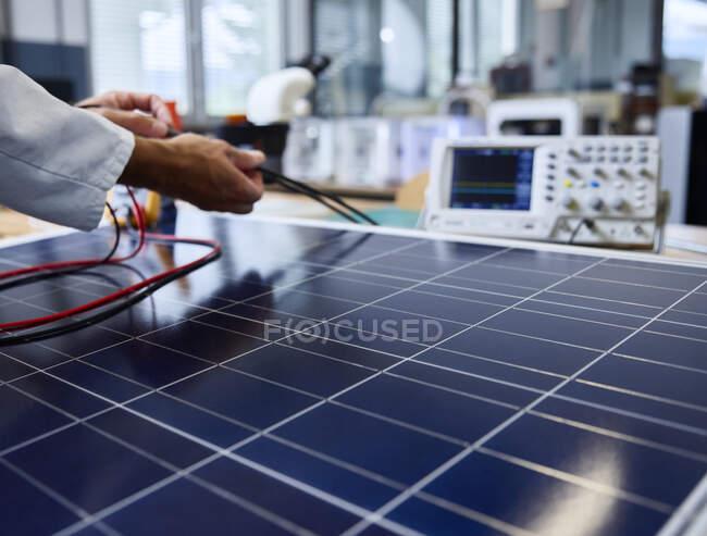 Технический специалист по управлению кабелями солнечной панели — стоковое фото