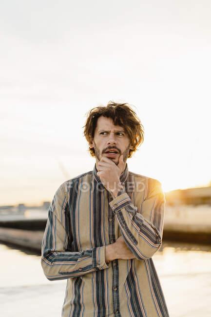 Porträt eines denkenden Menschen bei Sonnenuntergang — Stockfoto