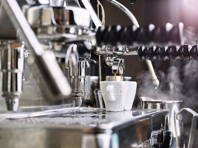 Две чашки эспрессо заполняются в портативном автомате — Stock Photo