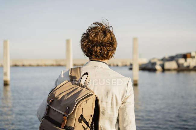 Visão traseira do homem de negócios com mochila olhando para a distância, Barcelona, Espanha — Fotografia de Stock