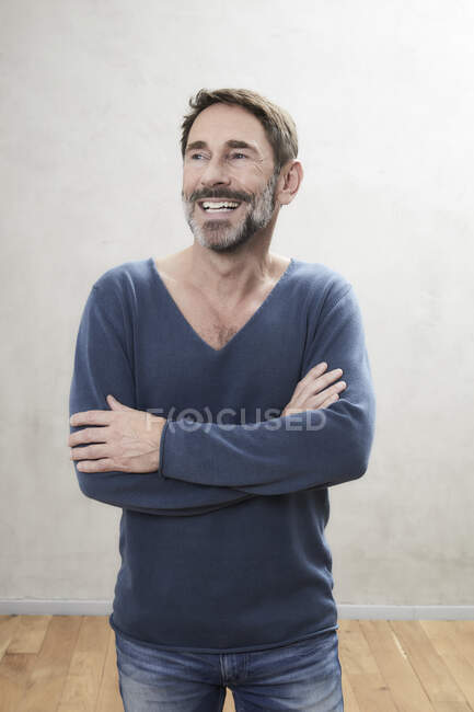 Портрет улыбающегося человека — стоковое фото