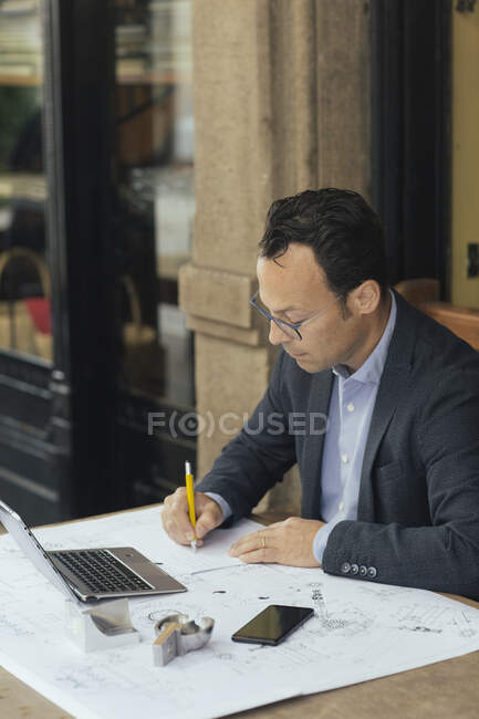Businessman at work in a coffee shop — Stock Photo