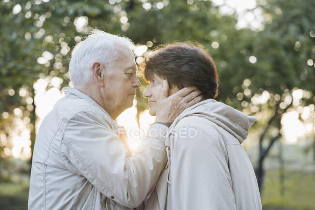 Профіль старшої пари закоханих на заході сонця — стокове фото