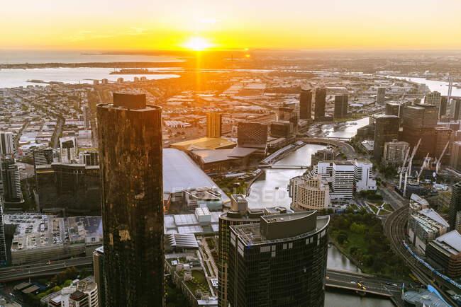 Paisaje urbano de Melbourne con el río Yarra al atardecer, Victoria, Australia - foto de stock