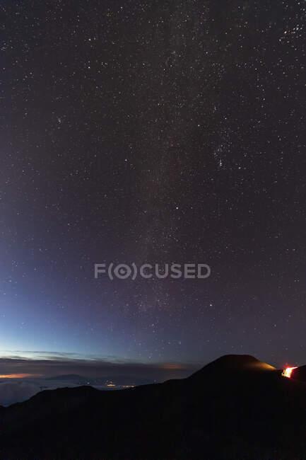 Voie lactée au-dessus du cratère du volcan Haleakala, parc national Haleakala, Hawaï, États-Unis — Photo de stock