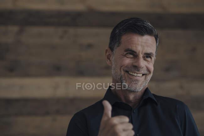 Портрет щасливого дорослого бізнесмена — стокове фото