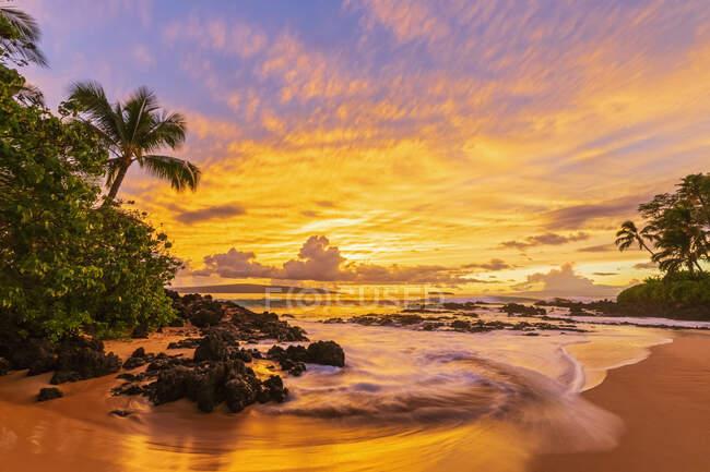 Secret Beach al atardecer, Maui, Hawaii, EE.UU. - foto de stock