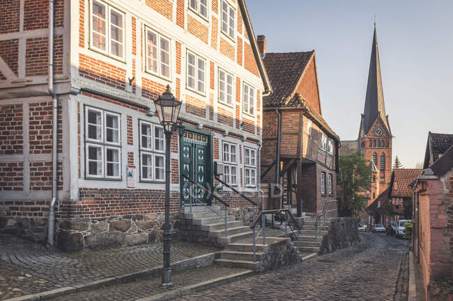 Half-timbered houses and Mary Magdalene church, Lauenburg, Schleswig-Holstein, Germany — Stock Photo