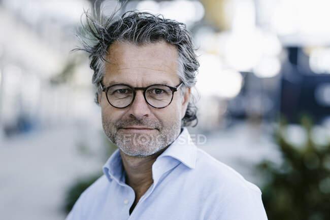 Retrato de hombre maduro sonriente - foto de stock