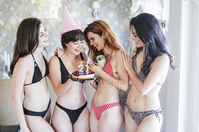 Дівчата святкують день народження у квартирі. — стокове фото