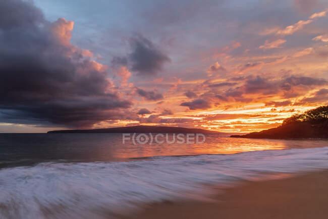 Big Beach au coucher du soleil, Makena Beach State Park, Maui, Hawaï, États-Unis — Photo de stock