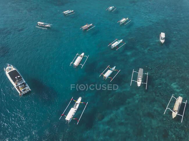 Barche turistiche, Crystal Bay a Nusa Penida Island, Bali, Indonesia — Foto stock
