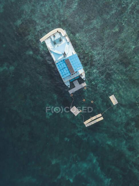 Nave galleggiante, isola di Nusa Penida, Bali, Indonesia — Foto stock