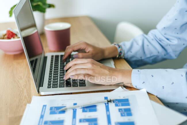 Close-up de mulher usando laptop em casa — Fotografia de Stock