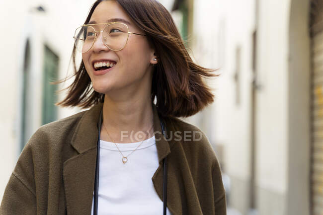 Italy, Florence, happy young woman in the city — стокове фото