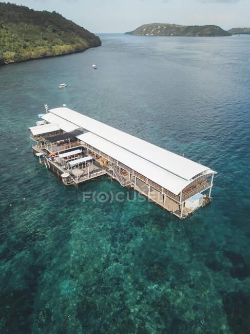 Vista aerea del ristorante galleggiante, isola di Nusa Penida, Bali, Indonesia — Foto stock