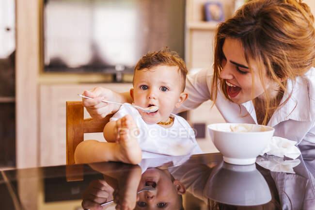 Мама годує свого маленького сина. — стокове фото