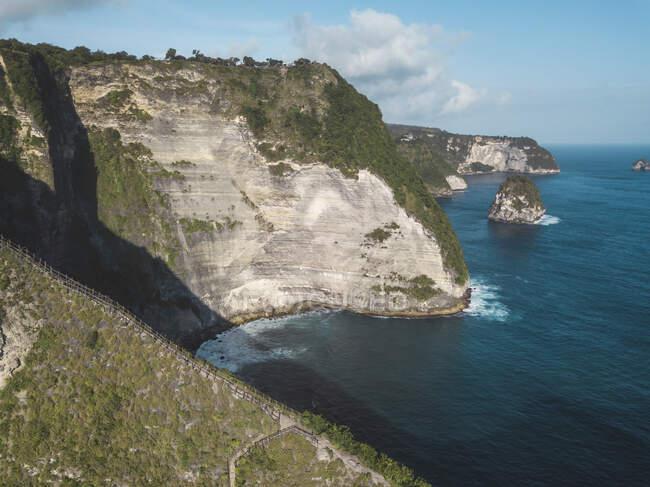 Veduta aerea della spiaggia di Kelingking, isola di Nusa Penida, Bali, Indonesia — Foto stock