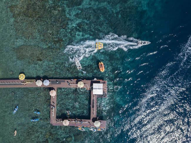 Veduta aerea del molo alla spiaggia Kutampi, isola di Nusa Penida, Bali, Indonesia — Foto stock