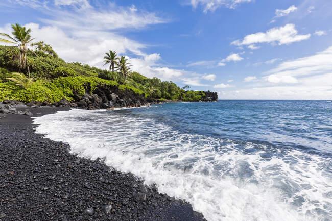 Black Sand Beach, Waianapanapa State Park, Maui, Hawaii, Estados Unidos - foto de stock