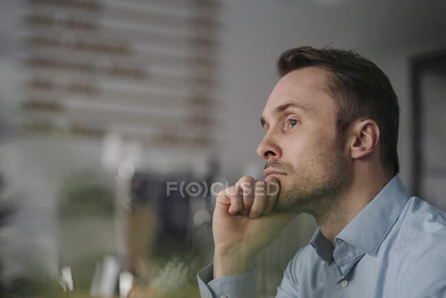 Успішний бізнесмен, який сидить у кав