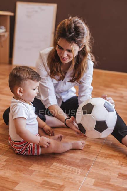 Мама з сином бавляться м
