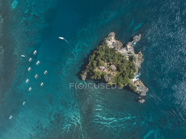 Veduta aerea dell'isola di Batumejinong, Crystal Bay a Nusa Penida Island, Bali, Indonesia — Foto stock