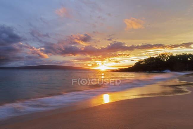Big Beach al atardecer, Makena Beach State Park, Maui, Hawaii, EE.UU. - foto de stock