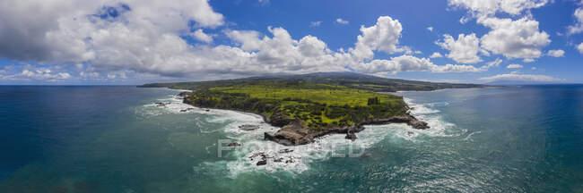 Aerial view over Pacific Ocean and West Maui Mountains, Punalau, Maui, Hawaii, USA — Stock Photo