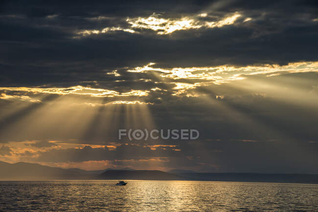 Sun breaking through the clouds above the Amur in Vladivostok, Russia — Stock Photo