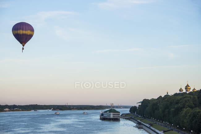 Pelota de aire caliente sobre el río Volga en el sitio Patrimonio de la Humanidad de la Unesco Yaroslavl, anillo de oro, Rusia - foto de stock