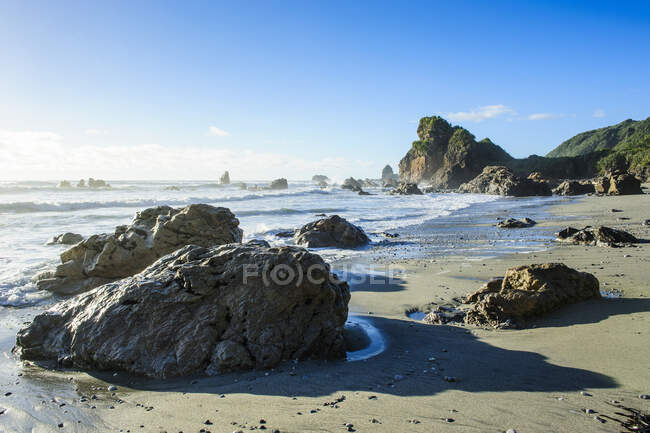 Boulders su una spiaggia sulla costa occidentale selvaggia di South Island tra Greymouth e Westport, South Island, Nuova Zelanda — Foto stock
