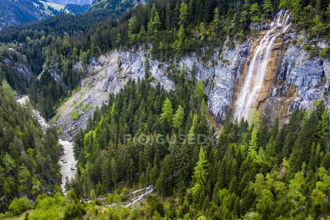 Vista aérea sobre el valle de Lech y el río Lech con cascada, Tirol, Austria - foto de stock