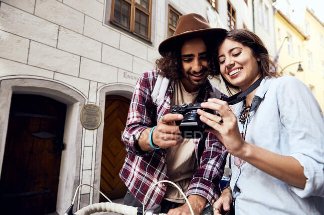 Coppia giovane che controlla una foto — Foto stock