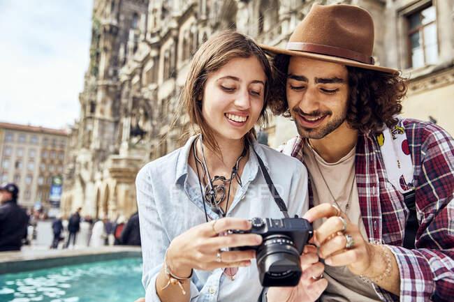 Молодая пара фотографирует — стоковое фото
