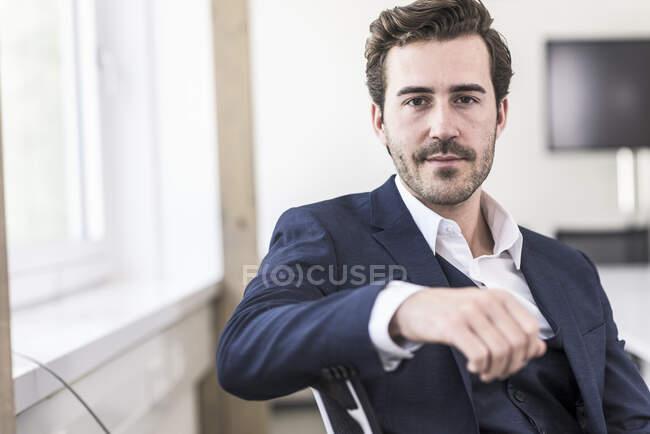 Porträt eines jungen Geschäftsmannes im Amt — Stockfoto