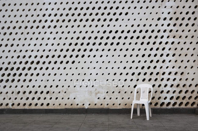 Plastic chair in front of a building, Matrah, Muscat, Oman — Stock Photo