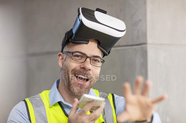 Architect with VR glasses at construction site — Stock Photo