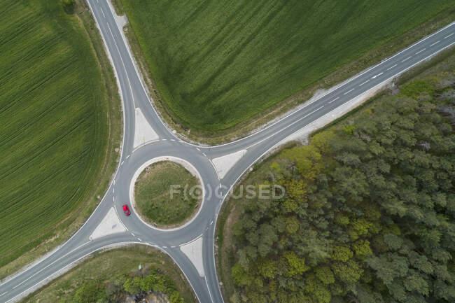 Vista aérea de la intersección rotonda con el tráfico. Franconia, Baviera, Alemania. - foto de stock