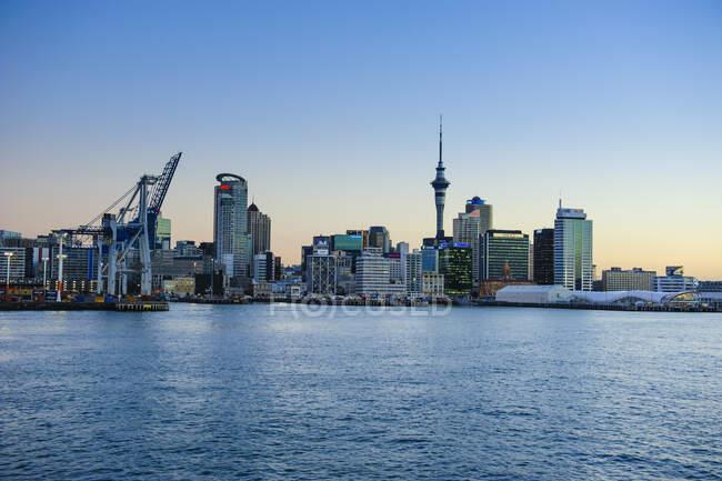 Skyline of Auckland at dusk, New Zealand — Stock Photo