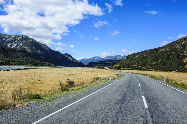 Road leading above the Lewis Pass, South Island, New Zealand — Stock Photo