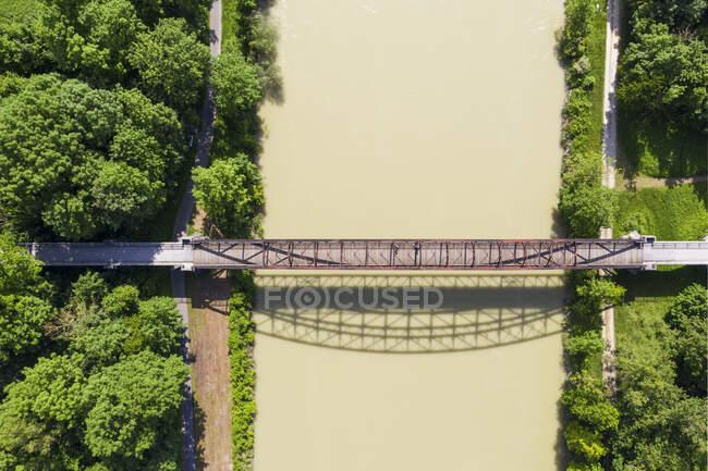 Alemania, Baja Baviera, Puente de Bockerl cerca de Landau an der Isar - foto de stock