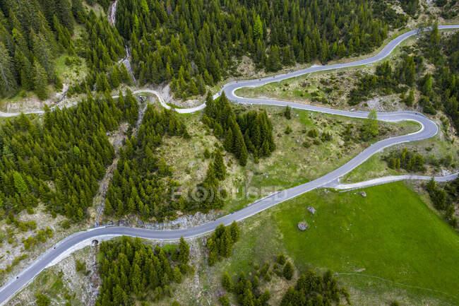 Vista aérea de las serpentinas en Hahntennjoch, valle de Lech, Tirol, Austria - foto de stock