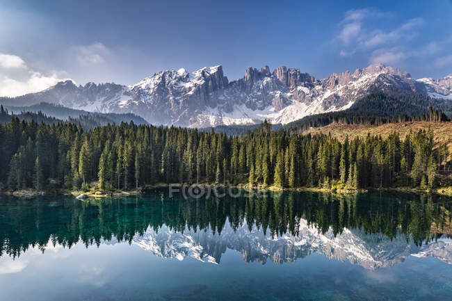 Macizo de montaña y Karersee, Dolomitas, Tirol del Sur, Italia - foto de stock